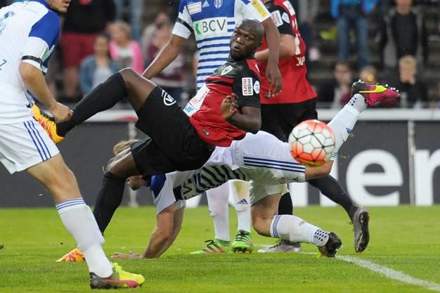 Igor Nganga kämpft um den Ball.