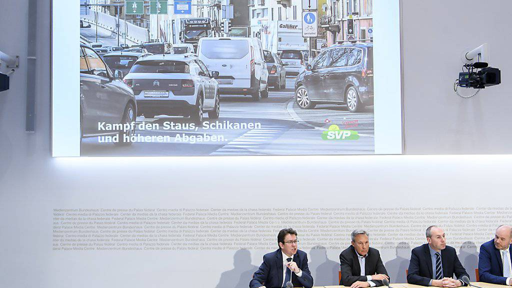 Die SVP-Spitze hat am Freitag in Bern ein neues Positionspapier zur Verkehrspolitik vorgestellt. Sie fordert, dass die Engpässe in der Verkehrsinfrastruktur beseitigt werden. (KEYSTONE/Anthony Anex)