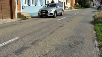 Bodenwellen, Flicken, Schlaglöcher: Die Hauptstrasse in Hellikon ist eine Holperpiste. 2019 wird sie saniert.