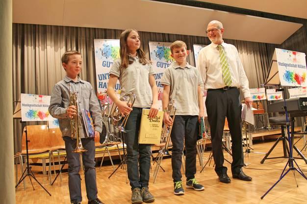Lars Oeschger (Trompete), Annamaria Gamp (Cornet), Noé Maibach (Trompete); Musiklehrer Hansjörg Ammann