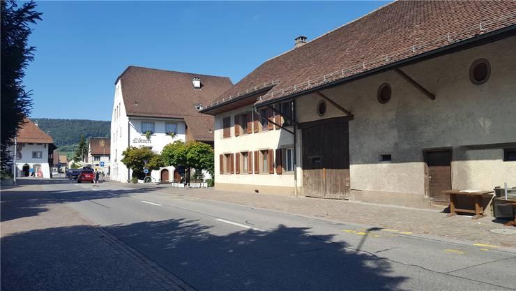 Hinten das Restaurant Löwen (Gösgerstrasse 1), vorne das Bauernhaus mit Ökonomieteil (Nr. 7).