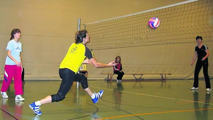 Yvonne Meier vom Team Oberrohrdorf spielt knapp übers Netz ins gegnerische Feld.