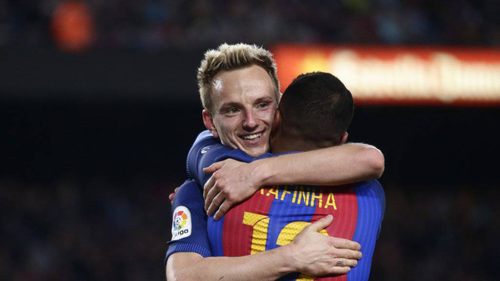 Ivan Rakitic wird noch bis 2021 seine Kollegen bei Barcelona umarmen dürfen