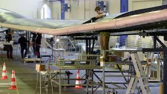 Auf dem Flughafen Dübendorf wird fleissig am Flugzeug «Solar Impulse» gebastelt.