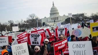 Tausende Demonstranten vor dem Washingtoner Kapitol, wo sie ein schärferes Waffenrecht fordern