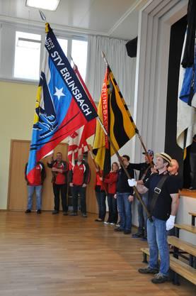 Die neue Fahne des STV Erlinsbach AG - die alte zerfetzte Fahne im Hintergrund
