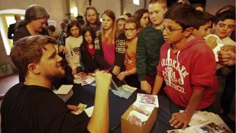 Preisverleihung-Prix-Chronos-2014: Rapper Knackeboul gibt Autogramme an junge Leseratten