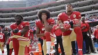 American-Football-Star Colin Kaepernick (Bildmitte) ging vor zwei Jahren während der amerikanischen Hymne auf die Knie und zog so den Zorn von US-Präsident Trump auf sich.(Archivbild)