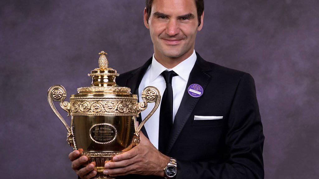 """Roger Federer präsentiert der Presse stolz seinen achten """"Challenge-Cup"""""""