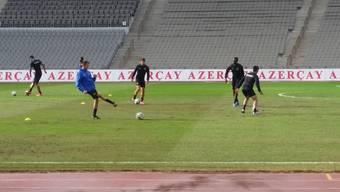 Präsentiert sich in ausgesprochen schlechtem Zustand: der Rasen im Tofik-Bachramow-Stadion von Baku