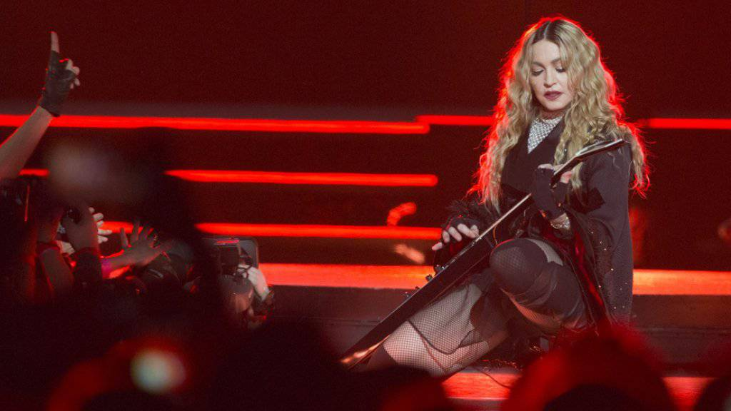 Madonna am Mittwoch während ihres Konzerts in Paris. Danach gab sie draussen ein kleines Gratiskonzert zum Gedenken an die Opfer der Pariser Anschläge.