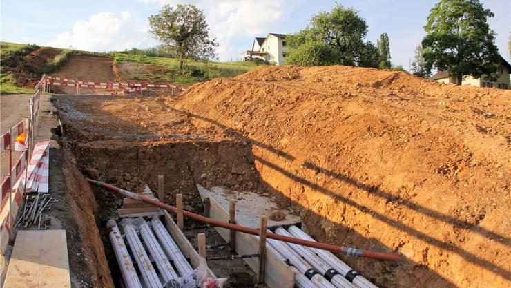 Die Stromleitung kommt in den Boden: In zwei Rohrblöcken sind die Kabelschutzrohre verlegt und einbetoniert worden. Das Foto stammt von Ende Mai. cm
