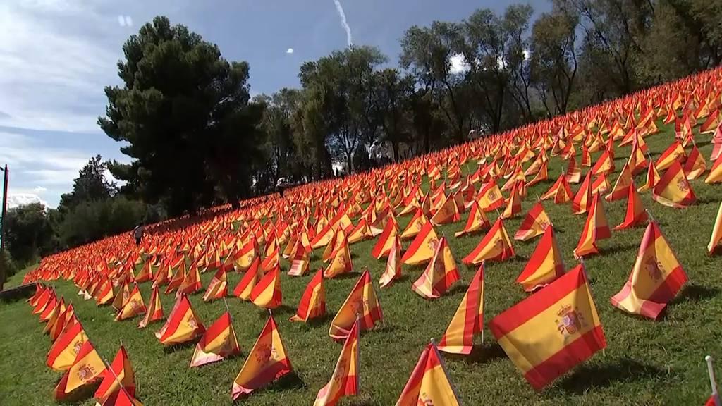 Madrid: Tausende spanische Flaggen ehren die Opfer des Coronavirus