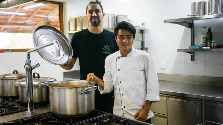 Der Österreicher Andreas Kaufmann ist als Koch in der Smiling Gecko Farm und bringt den Einheimischen das Kochen bei.
