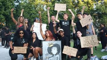 Hunderte Zürcher zeigen ihre Solidarität auf der Josefwiese