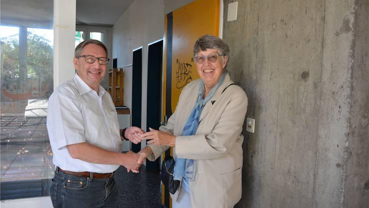 Remo Albrecht übergibt die Schlüssel an Edith Davitti. CTS