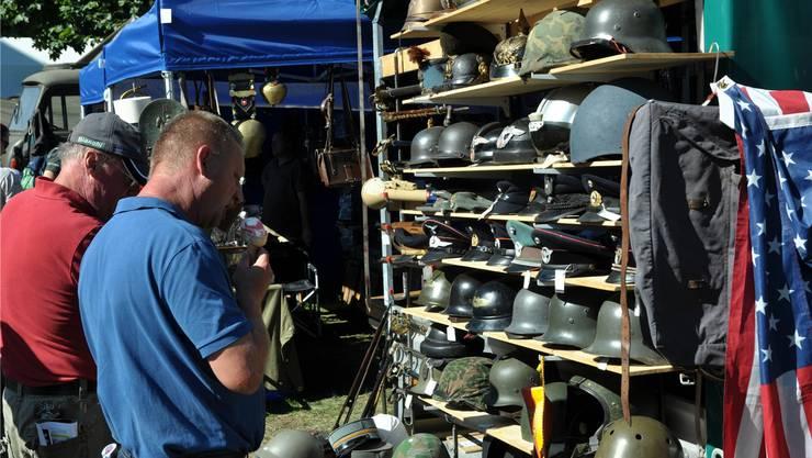 An diversen Ständen wurden Armee-Materialien und Sammelstücke verkauft.
