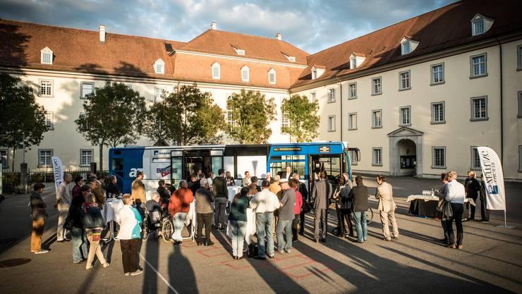 Der az-Wahlkampfbus machte am Dienstagabend vor einmaliger Kulisse Halt: Im Hof des ehemaligen Klosters Muri.