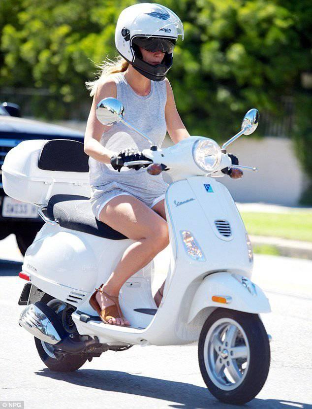 Gwyneth Paltrow geniesst einen Ausflug auf der Vespa in Los Angeles.
