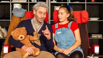 Opa Amandus Rosental (Sven Witmer) leidet an Alzheimer. Seine Enkelin Tilda (Lea Fischer) möchte mit ihm abhauen.