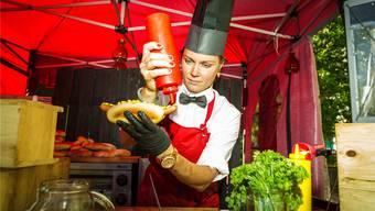 Echte dänische Hotdogs mit Gurken und Röstzwiebeln gibt es beim Stand «Heissehönd».Chris Iseli