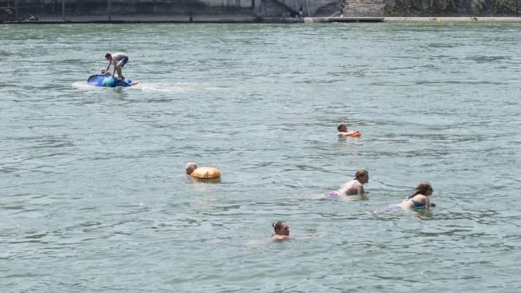 Das Schwimmen im Rhein kann gefährlich sein. Ein in Not geratener Mann wird seit Donnerstagabend vermisst und ist wohl ertrunken.
