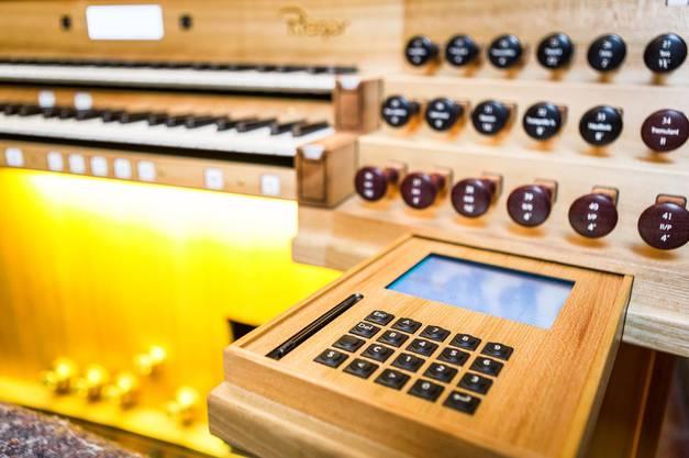 Auch bei einer Orgel geht es nicht mehr ohne Elektronik. Hier sieht man die Steuerung am Spieltisch.
