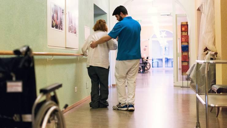 Ein Zivildienstleistender hilft bei der Pflege aus.