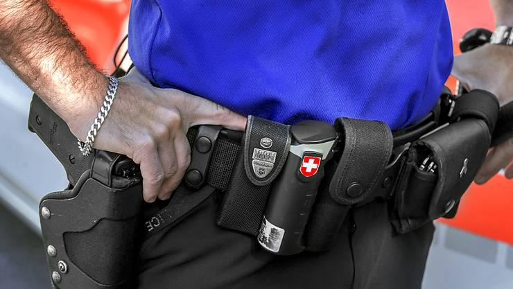 Bei einem Polizeieinsatz in Brissago TI ist ein Asylsuchender getötet worden. Ein Polizist schoss auf den mit zwei Messern bewaffneten Mann. (Symbolbild)
