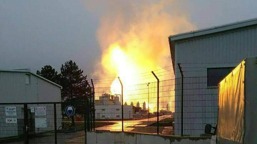 Flammen nach der Explosion in der Gasstation in Baumgarten in der österreichischen Gemeinde Weiden a.d. March.