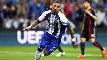 Portos Doppeltorschütze Ricardo Quaresma setzt zum Jubellauf an