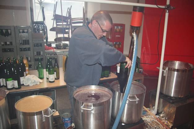 Hier werden 1100 Liter Glühwein fabriziert