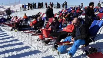 Beim Wintersport lohnt es sich, rechtzeitig eine Pause einzulegen: Gerade vor der Mittagszeit häufen sich gemäss der Beratungsstelle für Unfallverhütung die Unfälle, weil sich bei den Wintersportlern erste Ermüdungserscheinungen zeigen. (Archivbild)