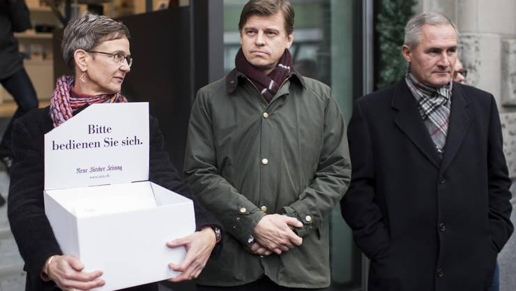Charlotte Jacquemar von der Personalkommission der NZZ, links, neben NZZ-CEO Veit Dengler, Mitte, und Urs Schweizer, Leiter Druck und Mitglied der Geschaeftsleitung, rechts.