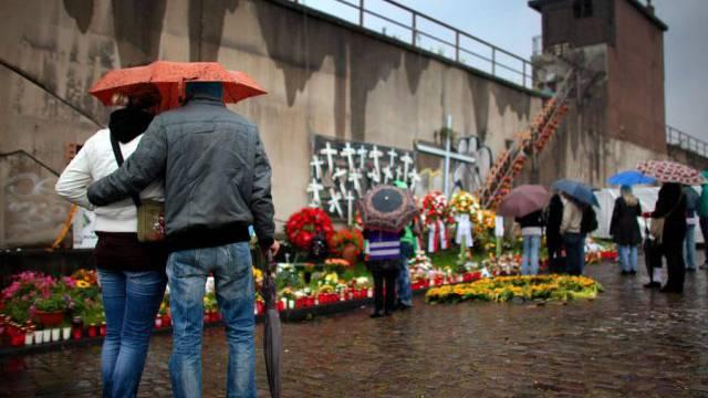 Die Hinterbliebenen trauern am Ort der Massenpanik (Archiv)