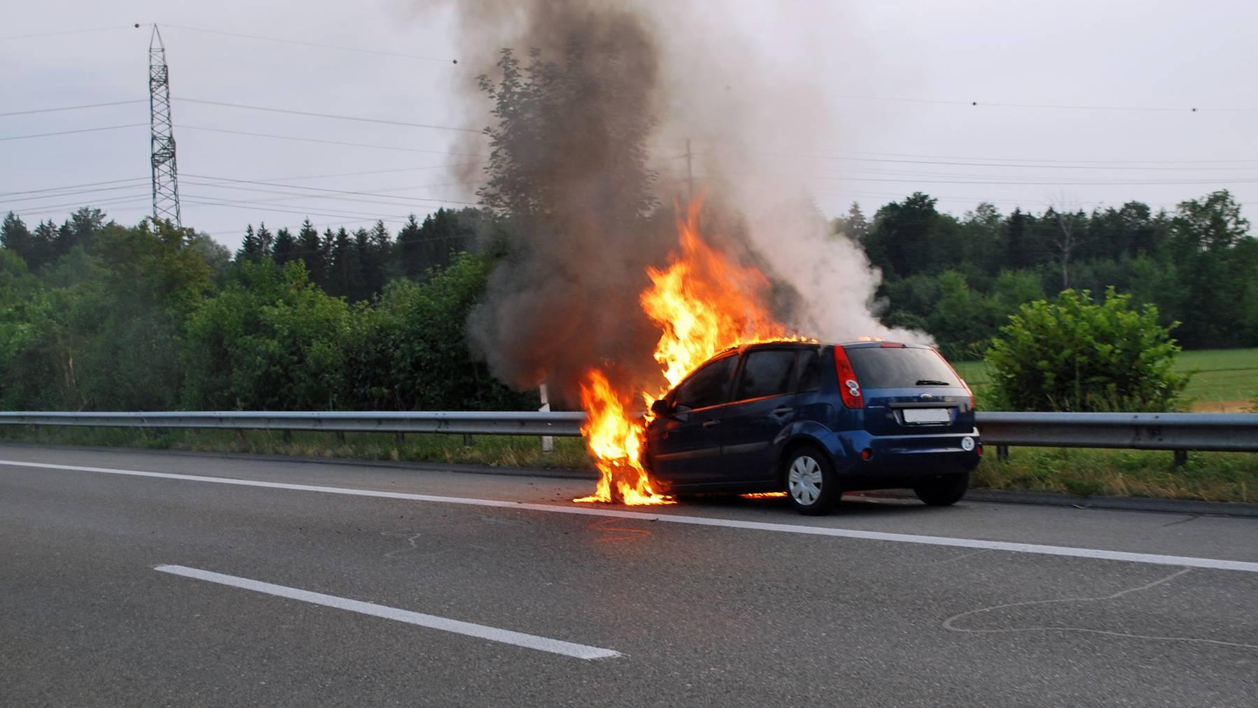 Auto auf der A14 bei Buchrain ausgebrannt
