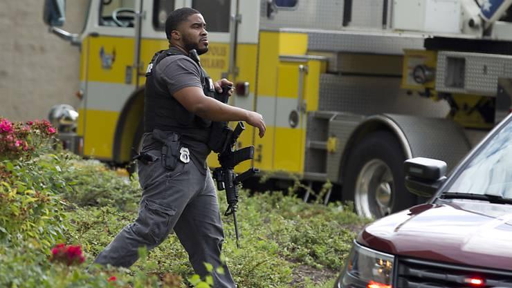 """Ein US-Polizist auf dem Gelände des Firmengebäudes in Annapolis im Bundesstaat Maryland, wo sich in der Redaktion der Zeitung """"The Capital Gazette"""" eine Schiesserei ereignet hatte."""