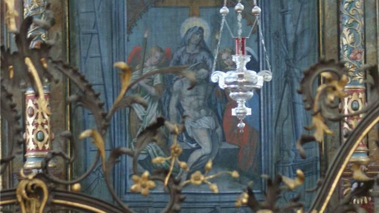 Das historische Hungertuch in der Stadtkirche St. Martin hängt gut gesichert am Hauptaltar.ach