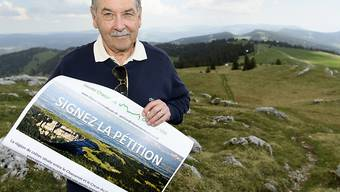 Jean-Marc Blanc von Paysage-Libre Vaud lancierte die Petition am Dienstag auf dem Gipfel des Chasseron.