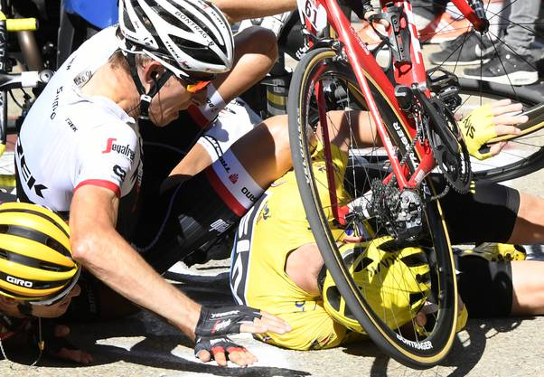 Gut einen Kilometer vor dem Ziel war Leader Christopher Froome gestürzt. Der gebürtige Kenianer hatte auf dem - wegen heftiger Winde verkürzten - Schlussanstieg ins Ziel seine grössten Kontrahenten um den Kolumbianer Quintana schon abgehängt.