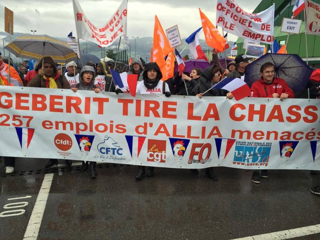 Rund 400 Leute aus Frankreich demonstrierten in Rapperswil gegen zwei Werkschliessungen. (© FM1Today/Anja Müggler)