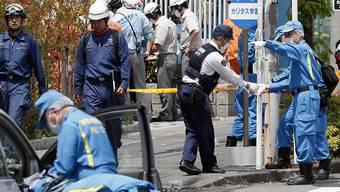 Drei Tote lautet die Bilanz eines Amoklaufs in Kawasaki. Ermittler beim Sichern des Tatorts.