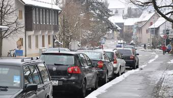 Parken: Eine Busse riskiert, wer gegen die Fahrtrichtung parkiert. (dvk)