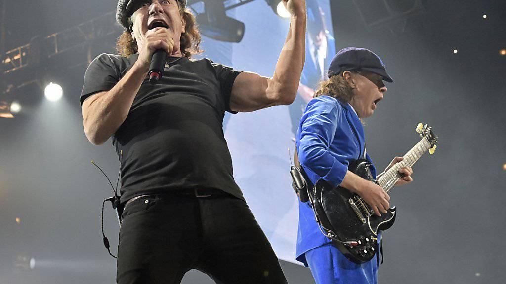 AC/DC-Sänger Brian Johnson (links) bei einem Auftritt im Februar in Chicago: Wegen gesundheitlicher Probleme Johnsons vertagt die Band ihre US-Tournee. (Archivbild)