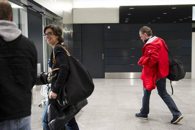 Rückkehr aus Sotschi. Simpson ist da bereits nicht mehr gefragt und verlässt den Flughafen ganz allein.