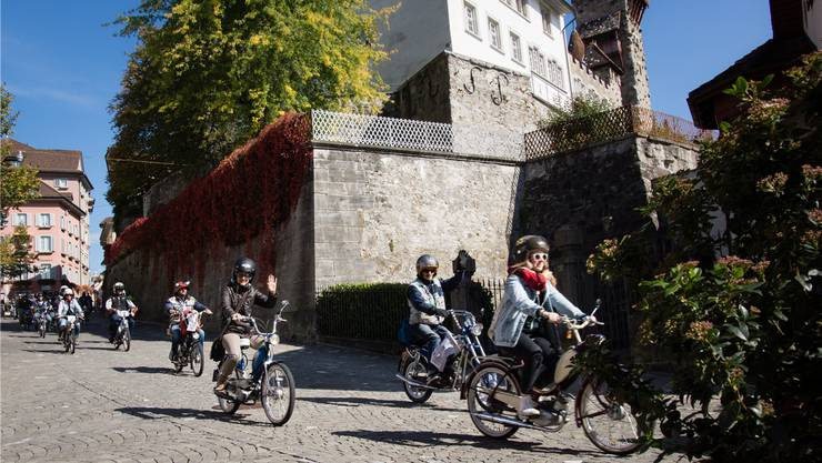 Auf dem Weg zur Spendenübergabe fuhren die Töffli-Fans die Bremgarter Altstadt hinunter. Dominic Kobelt