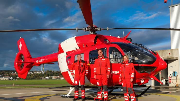Die Crew vor ihrem Helikopter in Dübendorf ZH. Von links: Notarzt Axel Knauth, Pilot Frank Krivanek und Rettungssanitäterin Veronika Gerber.