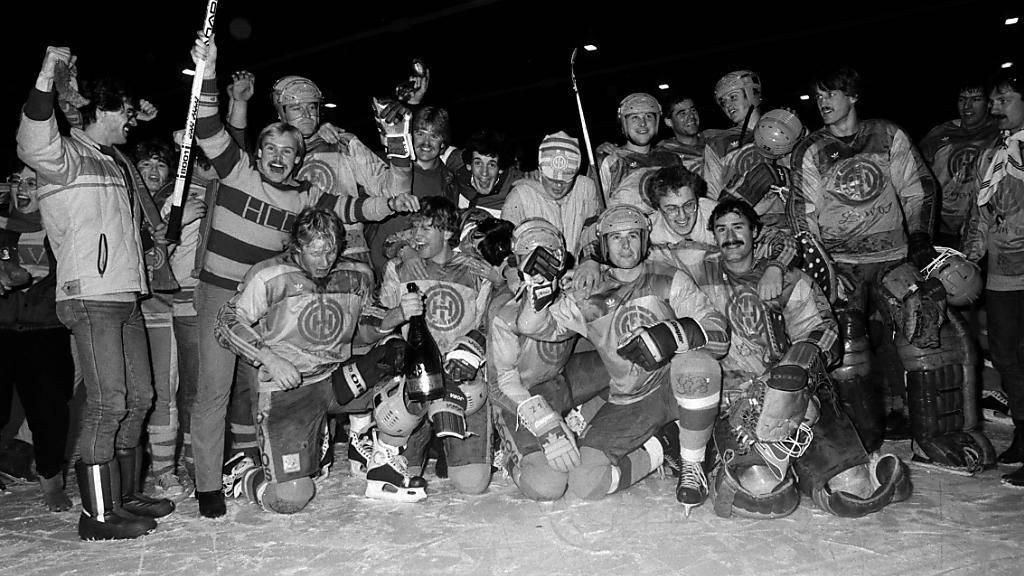 Die Davoser feiern am 17. Februar 1985 ausgelassen ihren 25. Meistertitel