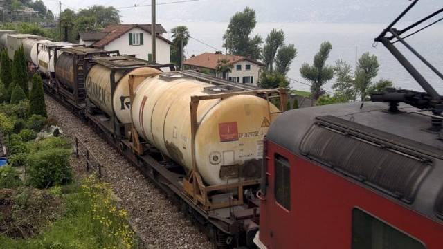 Ein Huckepack-Güterzug unterwegs im Tessin