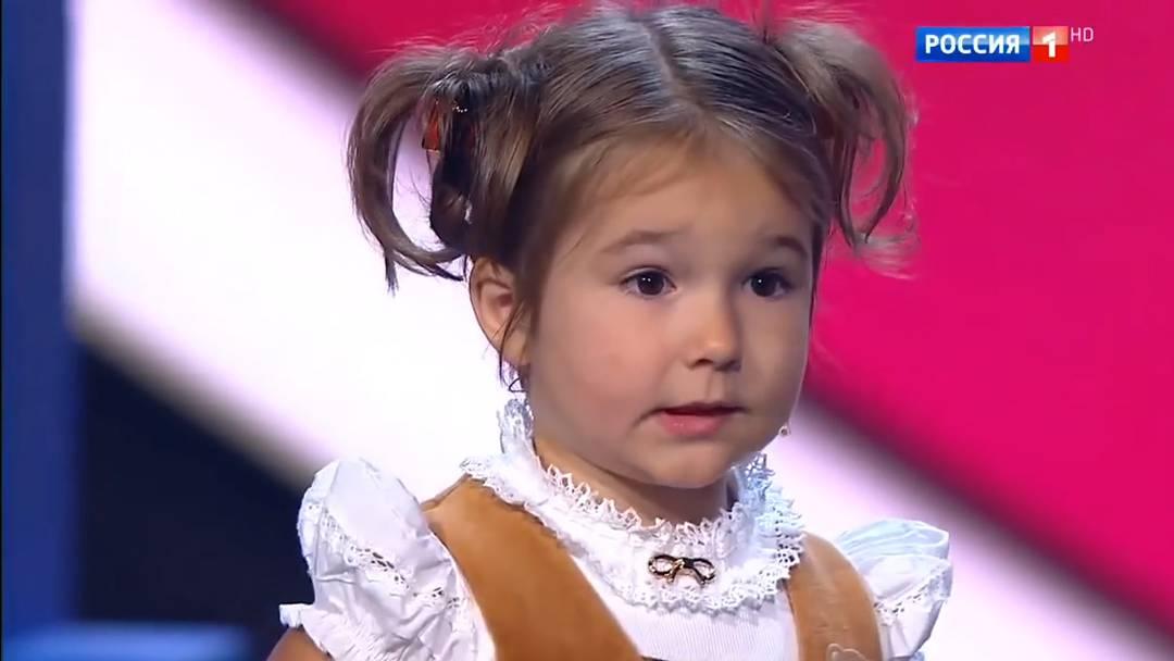 Ein Wahnsinnskind? So richtig unglaublich wird Bellas Talent, als sie etwa fast akzentfrei Französisch liest oder ein spanisches Lied singt.